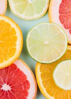 Bovenaanzicht arrangement van biologisch fruit