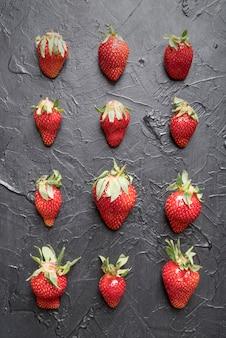 Bovenaanzicht arrangement van biologische aardbeien