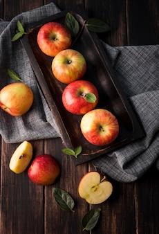 Bovenaanzicht arrangement van biologische appels