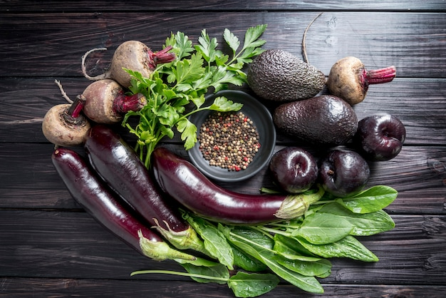 Bovenaanzicht arrangement van biologische groenten en fruit