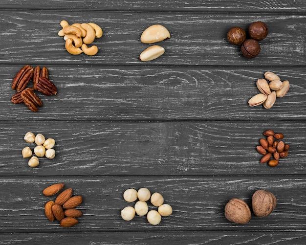 Bovenaanzicht arrangement van biologische noten kopie ruimte
