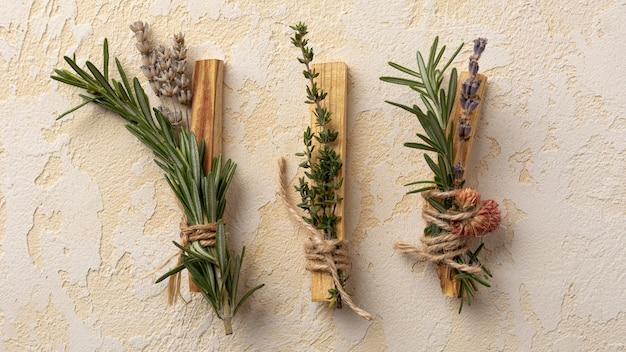 Bovenaanzicht arrangement van bladeren en houten stokken