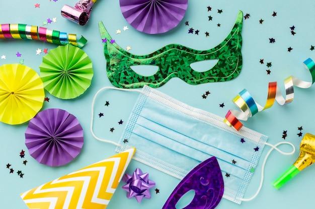 Bovenaanzicht arrangement van carnaval masker en beschermingsmasker