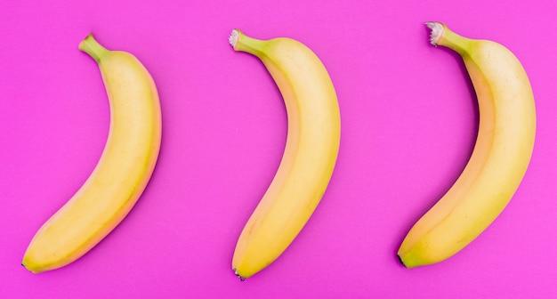 Bovenaanzicht arrangement van drie bananen