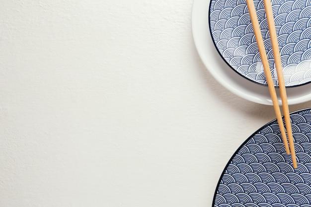 Bovenaanzicht arrangement van elegant serviesgoed met kopie ruimte