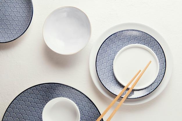 Bovenaanzicht arrangement van elegant serviesgoed