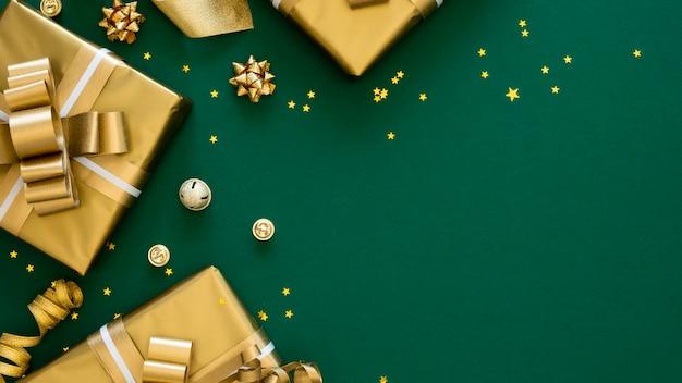 Bovenaanzicht arrangement van feestelijke ingepakte cadeaus met kopie ruimte