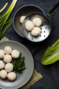 Bovenaanzicht arrangement van heerlijke indonesische bakso