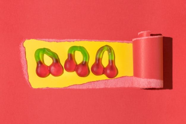 Bovenaanzicht arrangement van heerlijke kersensuikergoed
