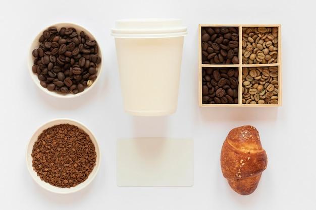 Bovenaanzicht arrangement van koffie merkelementen op witte achtergrond
