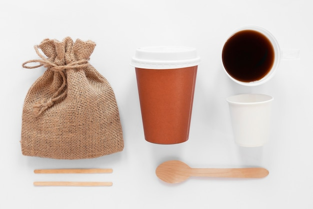 Bovenaanzicht arrangement van koffie merkelementen