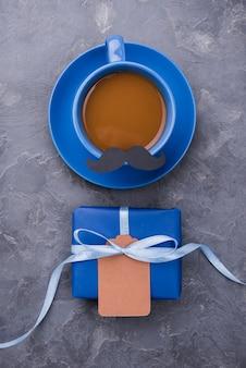 Bovenaanzicht arrangement van koffie met snor en cadeau