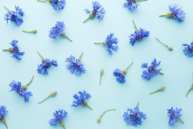 Bovenaanzicht arrangement van korenbloemen