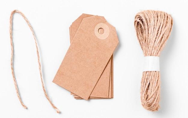 Bovenaanzicht arrangement van lege kartonnen etiketten