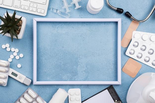 Bovenaanzicht arrangement van medische objecten met leeg frame
