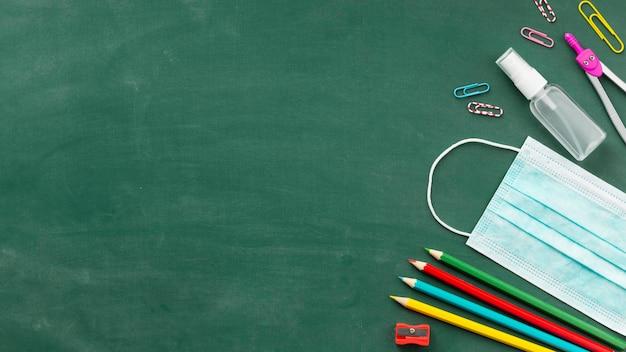 Bovenaanzicht arrangement van onderwijsdagelementen met kopie ruimte