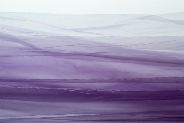 Bovenaanzicht arrangement van paarse plastic zakken