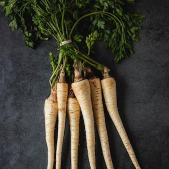 Bovenaanzicht arrangement van peterselie wortels