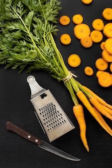 Bovenaanzicht arrangement van rauwe wortelen
