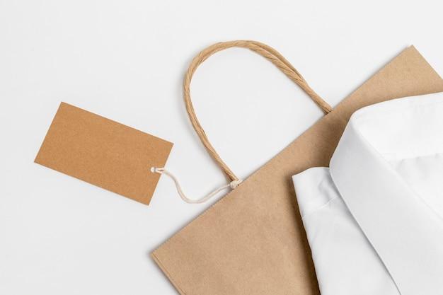 Bovenaanzicht arrangement van recyclebare boodschappentas met wit overhemd