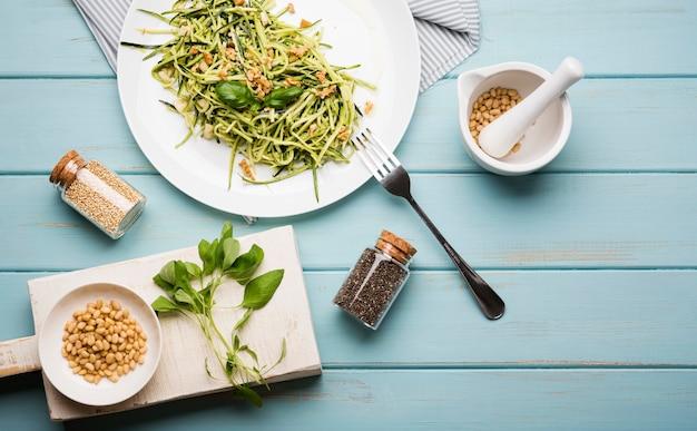 Bovenaanzicht arrangement van salade en gemalen zaden