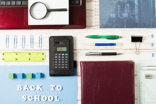 Bovenaanzicht arrangement van schoolaccessoires