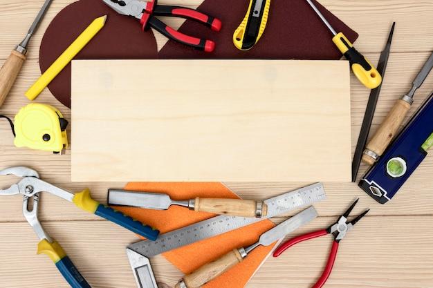 Bovenaanzicht arrangement van tools voor timmerwerk kopie ruimte