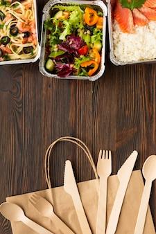 Bovenaanzicht arrangement van verschillende voedingsmiddelen met kopie ruimte