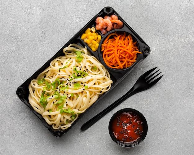 Bovenaanzicht arrangement van verschillende voedingsmiddelen op tafel