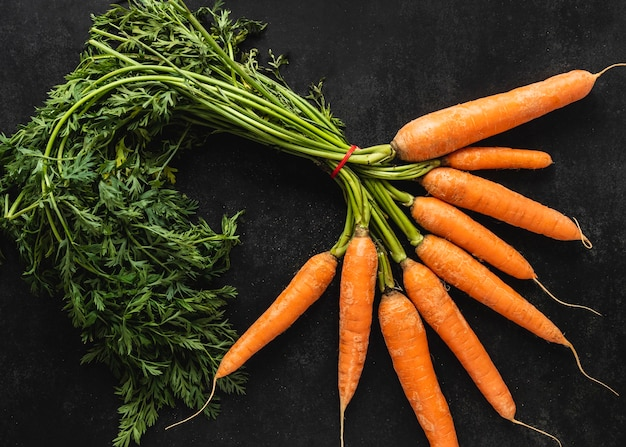 Bovenaanzicht arrangement van verse wortelen