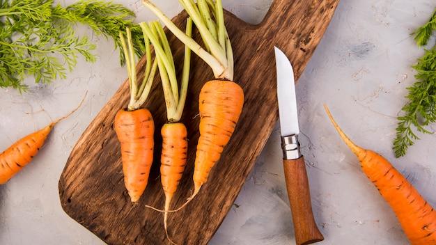 Bovenaanzicht arrangement van wortelen