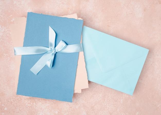 Bovenaanzicht arrangement voor bruiloft met enveloppen
