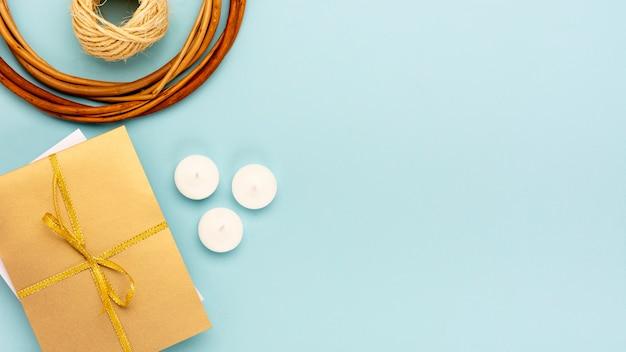 Bovenaanzicht arrangement voor quinceañera feest met verpakt cadeau