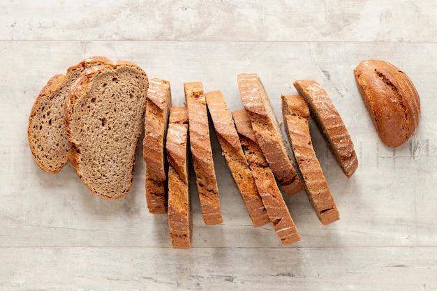 Bovenaanzicht artistieke arrangement van sneetjes brood