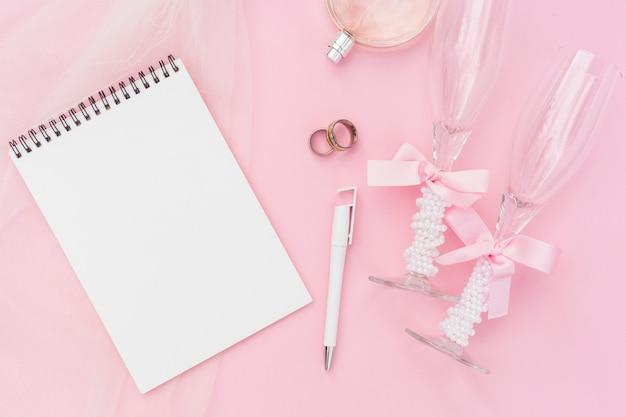 Bovenaanzicht artistieke bruiloft arrangement op roze achtergrond