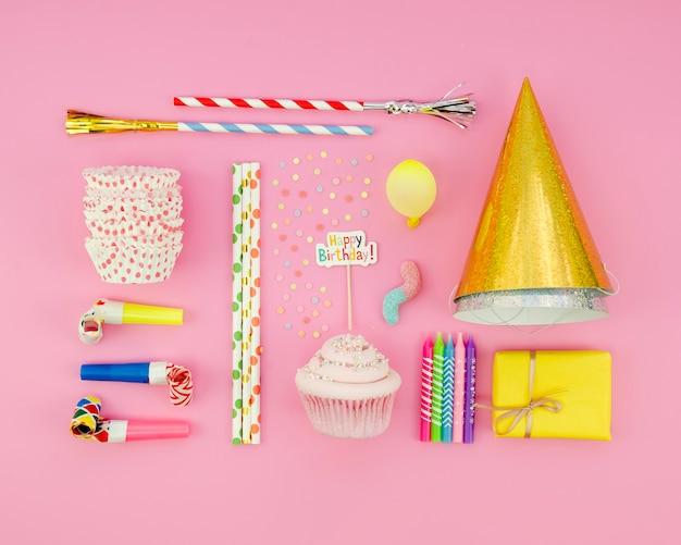 Bovenaanzicht artistieke foto van verjaardag spullen
