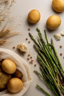 Bovenaanzicht asperges en aardappelen arrangement