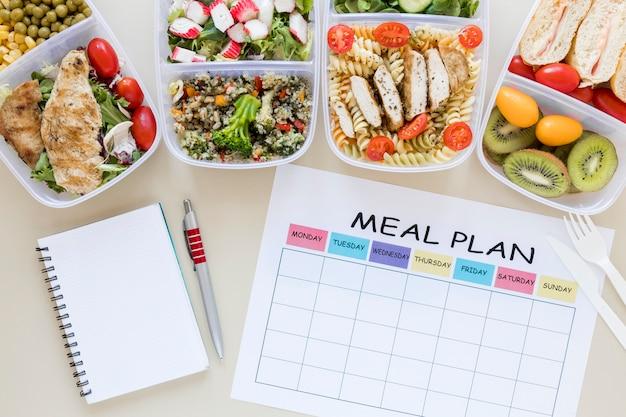 Bovenaanzicht assortiment eten met planner