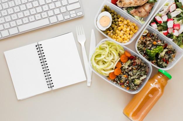 Bovenaanzicht assortiment eten met toetsenbord