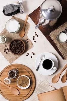 Bovenaanzicht assortiment koffie met molen en melk