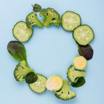 Bovenaanzicht assortiment komkommer segmenten met kopie ruimte