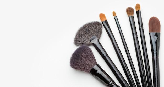 Bovenaanzicht assortiment make-up kwasten met kopie ruimte