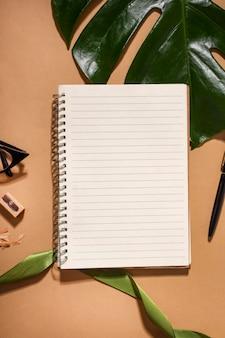 Bovenaanzicht assortiment met blanco notitieboekje
