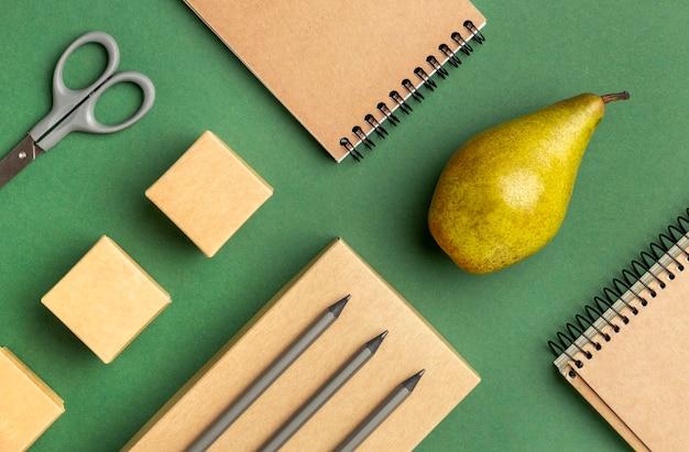 Bovenaanzicht assortiment met kantoorartikelen en fruit