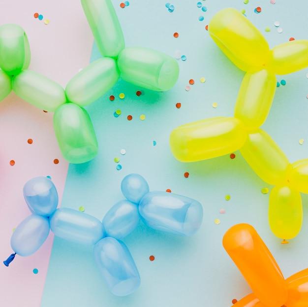 Bovenaanzicht assortiment met kleurrijke confetti en ballonnen