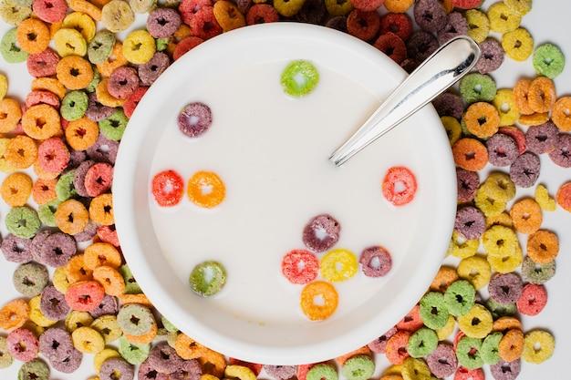 Bovenaanzicht assortiment met kom met melk en ontbijtgranen