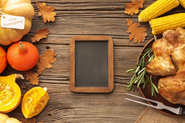 Bovenaanzicht assortiment met voedsel en houten frame