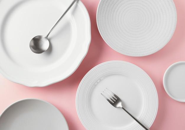 Bovenaanzicht assortiment mooi serviesgoed op tafel