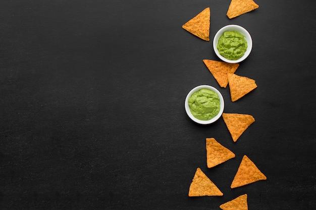 Bovenaanzicht assortiment nacho's met guacamole