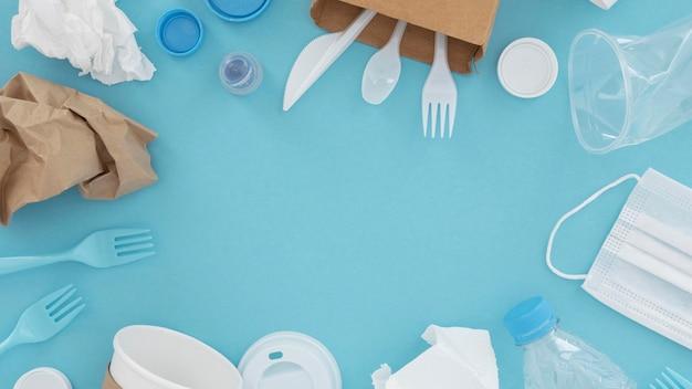 Bovenaanzicht assortiment niet-milieuvriendelijke plastic elementen
